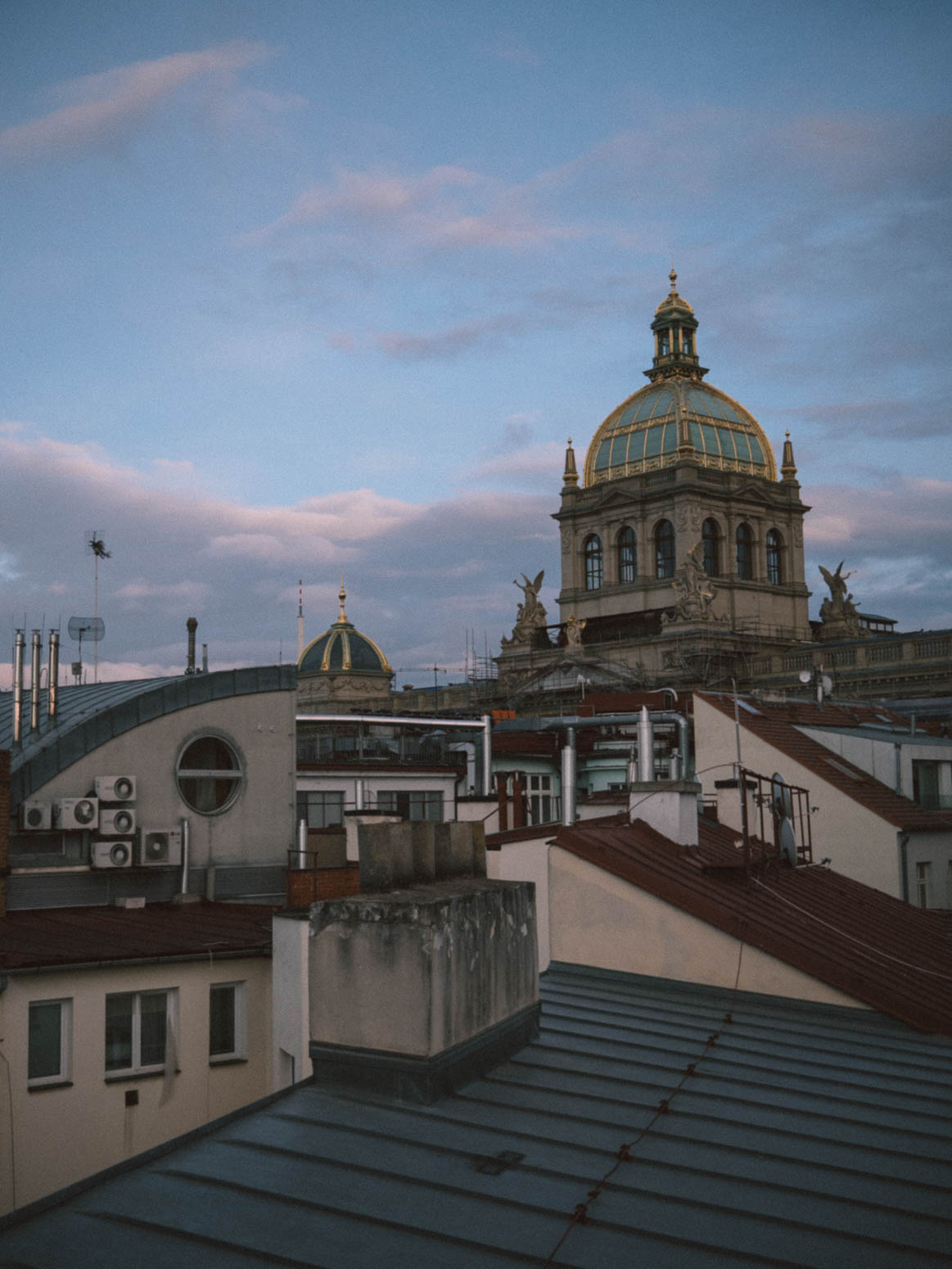 prag-praha-prague-travel-city-visit-street-old-town-rooftop-roof-national-gallery