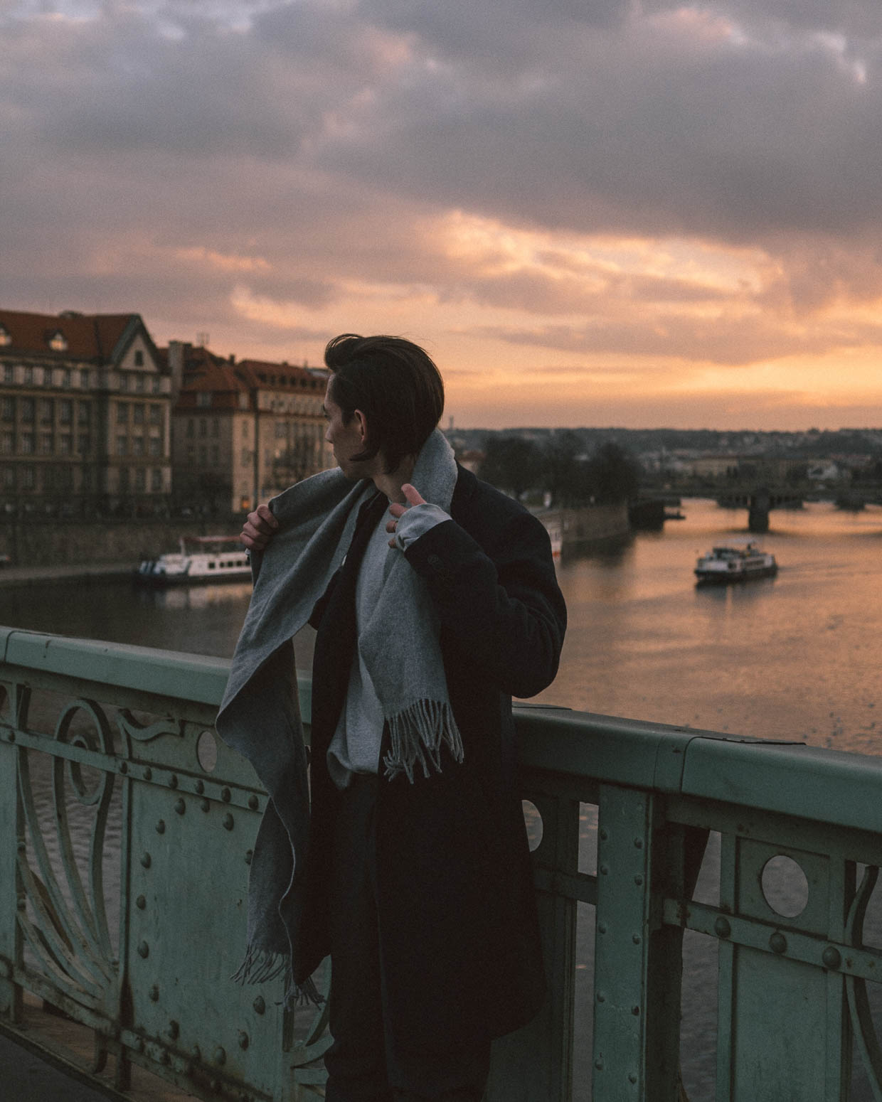 prag-praha-prague-travel-city-visit-view-sunset-carls-bridge-kralsbrücke-frank-scarf